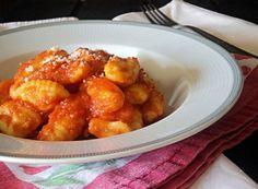 Gli gnocchi al pomodoro costituiscono un primo piatto semplicissimo da preparare e molto caratteristico a base di gnocchi di patate e sugo di pomodoro. Proprio per la loro semplicità, risultano essere quel che si dice un piatto genuino, soprattutto se dedichiamo un pO' di tempo a prepararli in casa.
