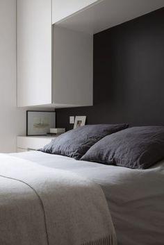 La beauté du lieu ne devait en aucun cas prendre le pas sur sa fonctionnalité. C'est pourquoi, dans cette « tête de lit » se dissimulent ingénieusement des éclairages intégrés permettant de lire à la nuit tombée. #bedroom #chambre #lit #bed #cosy #décoration #deco #design