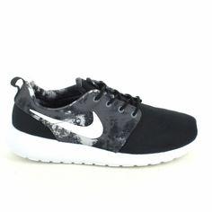 Top tendance ! Ces Nike Rosherun imprimé noir sont chez Sports Loisirs http://www.sports-loisirs.fr/nike-rosherun-print-noir-blanc.html