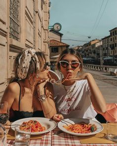 Image about summer in Photo inspiration📸 by Luna🦋 Cute Friend Pictures, Best Friend Pictures, Friend Pics, Bff Pics, Couple Beach Pictures, Shooting Photo Amis, Insta Photo Ideas, Summer Aesthetic, Cute Friends
