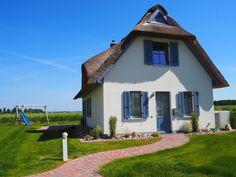 Haus Meerblick in Zierow: 2 Schlafzimmer, für bis zu 6 Personen. Haus Meerblick - Modernes Reetdach Haus mit einzigartigem Ostseeblick | FeWo-direkt