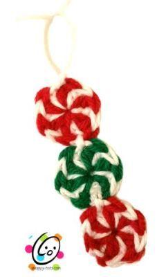 Guirnalda de caramelos hechos en ganchillo para el árbol de Navidad - Peppermint Swirl Candies Christmas Tree Garland http://www.petalstopicots.com/2013/12/peppermint-candies-christmas-crochet-pattern/