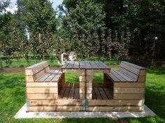 zitbanken gemaakt van oude paletten en fruitpaletkisten