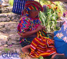 Durante un día de mercado en Chichicastenango, esta mujer indígena toma asiento en las escaleras de la Iglesia de Santo Tomás para trabajar en sus tejidos.