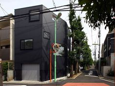 Built by Atelier HAKO Architects in Setagaya, Japan with date Images by Shinsuke Kera/Urban Arts. This house sits at the tiny corner lot, while facing the tree-lined ginkgo. Timber Architecture, Minimalist Architecture, Japanese Architecture, Residential Architecture, Contemporary Architecture, Architecture Design, Design Architect, Floating Staircase, Japanese House