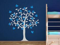 Baum Wandtattoo mit Blüten und Vögeln im Kinderzimmer