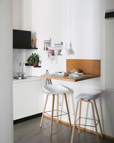 a tiny breakfast bar with a wooden floating tabletop and some comfy stools Even if your kitchen is very small, you can still have everything necessary there including an eating space. Puzzling over organizing a breakfast bar . Rustic Kitchen, New Kitchen, Kitchen Decor, Kitchen Design, Kitchen Small, Kitchen Ideas, Kitchen Bars, Small Breakfast Bar, Breakfast Bar Kitchen