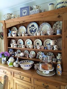 Emma Bridgewater Studio Special Quince & Trailing Leaf Large Milk Bottle for Collectors Day 2014 Emma Bridgewater Pottery, Hutch Cabinet, Cottage Dining Rooms, Cosy Kitchen, Welsh Dresser, French Country Dining, Kitchen Dresser, Blue And White China, Shabby Chic Style
