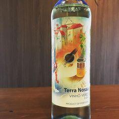 今日のような暑い日にオススメしたい爽やかなワインヴィーニョヴェルデ . 緑のワインという意味のヴィーニョヴェルデはポルトガルのワインです若摘みのぶどうを使って作るためフレッシュでフルーティ微発泡でシュワっと爽やかです . #東中野 #リエーブル #lievre #立ち飲みワインバー #立ち飲みワイン #立ち飲み #ワインバー #ワイン ##赤ワイン #白ワイン #ロゼワイン #ロゼ #グラスワイン #ヴィーニョヴェルデ #ポルトガルワイン #ポルトガル #緑のワイン