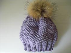 Unsere Mütze mit Rippen-Bündchen und Perlmuster hat einen Fell-Pompon und wurde für einen Kopfumfang von 54 - 56 cm gestrickt.