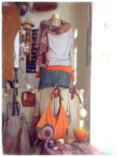 È curioso pensare che ogni colore abbia un suo significato, anche nell'abbigliamento. Per esempio chi sceglie di far spiccare l'Arancione probabilmente si sente carico di gioia, è felice e ha voglia di affermare il suo Io. L'unico piccolo rischio è quello di contagiare il buonumore e dare un tocco di energia. Penso che ce ne sia molto bisogno in giro! Buon sole a tutti! #Frida #Creazioni