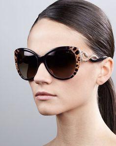 A Roberto Cavalli é ousada e estilosa, fazendo com que suas peças ganhem uma sofisticação única e sejam reconhecidas no mundo todo. #oculos #de #sol #rc #oncinha #strass #brilho #estampado #gatinho #cobra #sunglasses #oticas #wanny