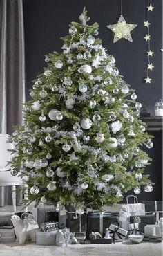 Sapin blanc et argent...On aime particulièrement les petits hiboux que l'on devine entre les branches !