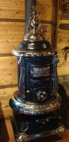 Round Oak Stoves and Ranges Heater. Antique Wood Stove, How To Antique Wood, Old Wood, Coal Burning Stove, Coal Stove, Cuisinières Vintage, Outdoor Wood Furnace, Cast Iron Stove, Vintage Stoves