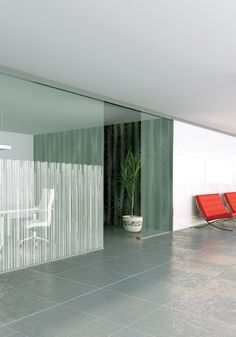 Give a contemporary touch to your windows and glass partitions with the self-adhesive window films by Solar Screen. Decorated with irregular shaped frosted designs, this frosted window film allows you to add style and privacy to your room. Easy and quick to install, you can watch our DIY installation videos on YouTube for more explanations. Get inspired by subscribing our Pinterest account. More info on www.solarscreen.eu