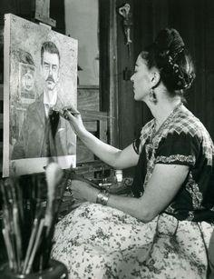 Frida pintando el retrato de su padre en 1951.