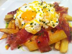 huevos rotos con jamón Easy Drink Recipes, Egg Recipes, Mexican Food Recipes, Great Recipes, Cooking Recipes, Breakfast For Dinner, Breakfast Recipes, Breakfast Ideas, My Favorite Food