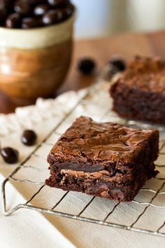 Easy Mocha Brownies- Rich chocolate brownies are loaded with chocolate covered espresso beans and mocha squares to create a decadent dessert perfect for any chocolate lover. Brownie Recipes, Cookie Recipes, Dessert Recipes, Just Desserts, Delicious Desserts, Yummy Food, Fancy Cake, Yummy Treats, Sweet Treats