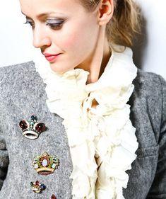 Как правильно носить брошь на платье, пиджаке, пальто и фото сочетаний брошей с одеждой