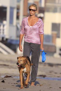 Fashimals o por qué las mascotas son el mejor amigo de una celebrity. CHARLIZE THERON  Ambos derrochan elegancia, hasta en un paseo por la playa. Tucker es uno de los pet friends de la actriz, que ha confesado en el programa de Elle DeGeneres lo mucho que la ayudan en su nueva vida de madre soltera. Charlize sabe que sus canes no pueden sustituir a una figura paterna humana. Pero mientras aparece el hombre adecuado, ella deja que sus mascotas le echen una mano.