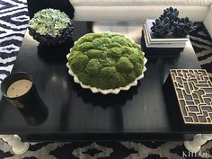 Khloé Kardashian Shows Off Her Chic Living Room and Reveals Which of her Sisters Is the 'Queen' of Decor Khloe is all about comfort, adding 'pillows and soft throws for days! Moss Centerpieces, Unique Centerpieces, Coffee Table Styling, Decorating Coffee Tables, Casa Da Kris Jenner, Khloe Kardashian Hair Short, Luxury Candles, Chic Living Room, Living Rooms