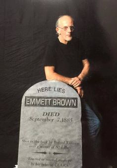 Doc Brown and his gravestone ;) Christopher Lloyd / Back to the Future Cultura Nerd, Cultura Pop, Marty Mcfly, The Future Movie, Back To The Future, Michael J. Fox, Sience Fiction, Bttf, Ready Player One