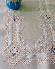 Sueños compartidos : Labores con gusto Hardanger Embroidery, Hand Embroidery Patterns, Lace Embroidery, Cross Stitch Embroidery, Embroidery Designs, Crochet Bedspread, Crochet Cushions, Drawn Thread, Brazilian Embroidery