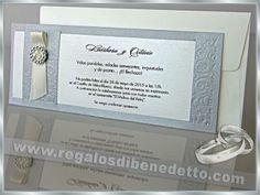 • Invitación de Boda • Cartulina base color gris con grabados en relieve, broche plateado y cinta de raso beige... #Bodas #Invitaciones #Novios #Wedding #Invitations