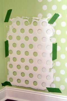 zelf polka dots op muur maken met deel van oude wasmand o.i.d.