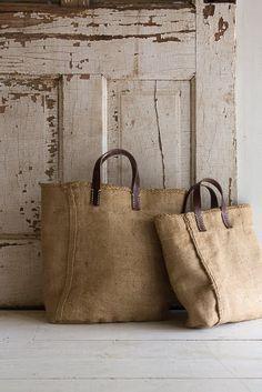 JUTE BAG BolsosCartera Bolsosdejeans Bolsosdetela Bolsospatchwork Ca Sacs Tote Bags, Diy Pillow Covers, Jute Bags, Hessian Bags, Sewing Pillows, Linen Bag, Fabric Bags, Handmade Bags, Diy Bags