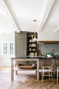 Herringbone is a pattern achieved with rectangular planks of brick, tile, or wood. Scroll ahead to learn everything you need to know about herringbone kitchen flooring. #hunkerhome #herringbone #herringboneflooring #herringboneflooringideas Hudson Valley, Country Look, Best Kitchen Design, Herringbone Wood Floor, Piece A Vivre, Cuisines Design, Kitchen Flooring, Kitchen Interior, Old Houses