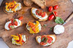 2 προτάσεις για ανοιξιάτικες μπρουσκέτες - madameginger.com Ratatouille, Bruschetta, Snacks, Ethnic Recipes, Food, Greek, Image, Appetizers, Essen