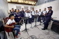 Talento uniformado en el Instituto Tecnológico Policial En un pequeño estudio se reúnen los talentosos jóvenes para realizar sus prácticas y estar listos cuando se dé la oportunidad de amenizar algún acto.