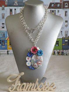 """Collier en métal argenté et porcelaine froide """"Un bouquet de fleurs rose et bleu"""" de la boutique framboisefrancoise sur Etsy"""