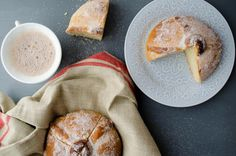 This vegan Day of the Dead bread (Pan de Muerto) is moist, airy, has a hint of orange zest, and is perfect for dipping in hot chocolate. Vegan Mexican Recipes, Vegetarian Recipes, Vegan Desserts, Just Desserts, Vegan Books, Mexican Hot Chocolate, Vegan Bread, Just Eat It, Vegan Baking