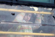 シリアのアレッポ地域からバスでトルコ国境を目指す少女(2016年2月10日)