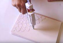 Esta Mujer Comienza A Dibujar Con Silicona Caliente La Tapa De Su Cuaderno… ¿El…