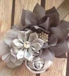 Esta venda plata y gris cuenta con cuatro diferentes estilos de flores sujetadas juntas para crear una diadema de bouquet, con diamantes de imitación de esta diadema es ideal para las muchachas de flor, apoyos de la foto o el desgaste diario.