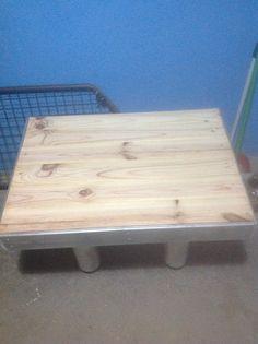 Mesa de pino natural con patas de tubos de carton prensado