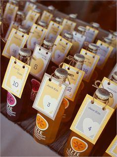 Cada invitado tiene su botella de refresco y el numero de mesa asignado.