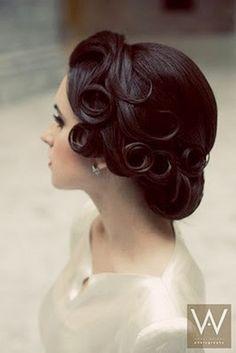 「クラシカル」な雰囲気のウェディングドレスと結婚式の髪型