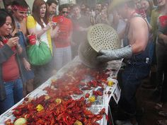 5 tips for Hosting a Boil. My friends had the ultimate Crawfish Boil and let me tell you. The spicier; the better! Shrimp Boil Party, Crawfish Party, Seafood Party, Cajun Boil, Louisiana Crawfish, Cajun Crawfish, Lobster Boil, Low Country Boil, Boiled Food