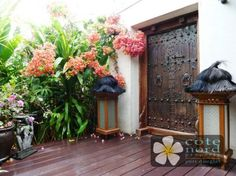 Love the door Tropical Garden Design, Tropical Landscaping, Landscaping With Rocks, Tropical Decor, Balinese Decor, Balinese Garden, Side Garden, Garden Beds, Unique Properties For Sale