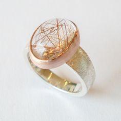 Zilveren ring met roodgoud en een rutielkwarts