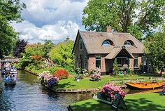 Guide to Giethoorn: A Magical Town in the Netherlands with No...