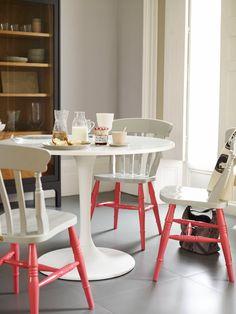Sedie in legno bianche con gambe colorate! #rifarecasa #maistatocosifacile grazie a #designbox & #designcard #idfsrl