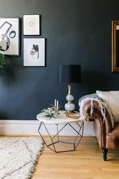 wandfarben 2016 trendfarben dunkelgrau graphit wohnzimmer ledersofa beistelltisch rund