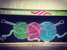 """89 Me gusta, 1 comentarios - Plotinosky (@plotinosky) en Instagram: """"Qué buena persiana, mis dos aficiones juntas: tejer y el street art…"""""""
