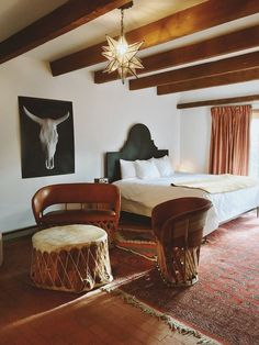 Texans Open Santa Fe Hotel With New Design and Vintage Charm: The Carrolls spent a year gathering special furniture pieces and art for the unique interior design found in each room. Modern Southwest Decor, Southwest Bedroom, Southwestern Home, Southwestern Decorating, Southwest Style, Southwest Decor Santa Fe, Home Interior, Decor Interior Design, Ranch Decor