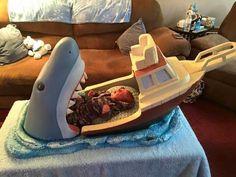 Imaginary World: Cuna para bebe que simula un tiburón comiendose un barco